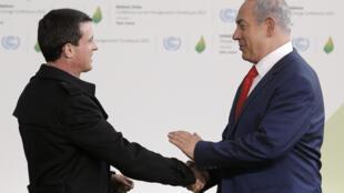 Le Premier ministre français Manuel Valls avec son homologue israélien Benyamin Netanyahu lors de la conférence sur le climat, Cop 21 à Paris, le 30 novembre 2015.