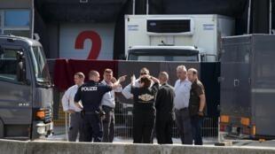 Cảnh sát Áo và Hung điều tra về chiếc xe tải đông lạnh với 71 thi thể người tị nạn.khám phá ngày 27/08/2015.