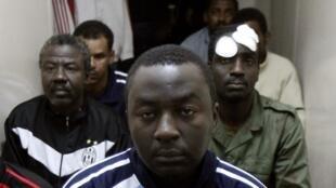 Hombres sospechosos de pertenecer al ejército de mercenarios de Kadafi detenidos por los opositores en Bengasi, 24 de febrero de 2011.