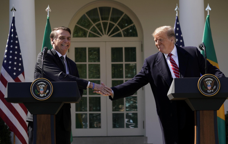 Jair Bolsonaro (à esquerda) e Donald Trump se cumprimentam na Casa Branca, em Washington.
