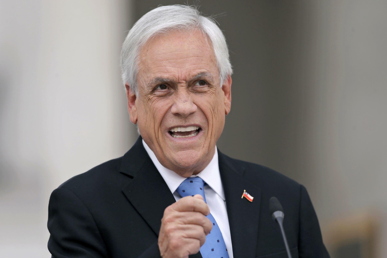 """El presidente chileno, Sebastián Piñera, habla durante una conferencia de prensa un día después de ser mencionado en la investigación mediática """"Pandora Papers"""", que expone el uso de paraísos fiscales por parte de líderes mundiales, en el palacio presidencial de La Moneda en Santiago, el 4 de octubre de 2021"""