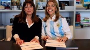 Ana Gerschenson, directora de Radio Nacional Argentina, y Marie Christine Saragosse, directora del holding France Media Monde, el 17 de noviembre de 2017 en Issy Les Moulineaux.