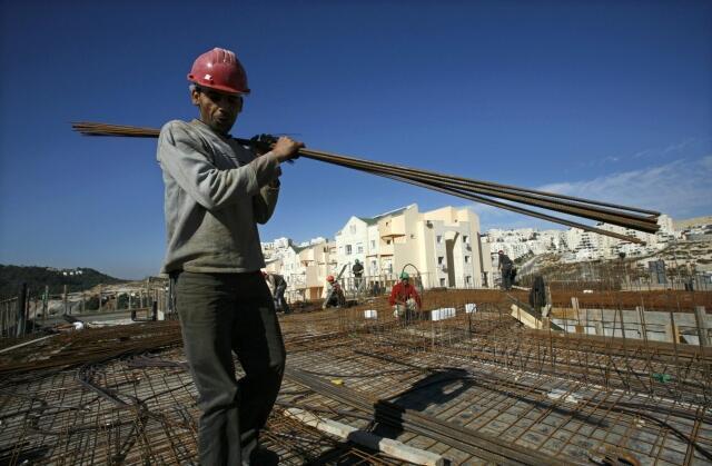 Operário palestino trabalhando nas obras de assentamentos.