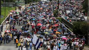 Manifestation contre la privatisation des services de santé et d'éducation voulue par le président Hernandez, le 3 juin 2019 à Tegucigalpa, au Honduras.