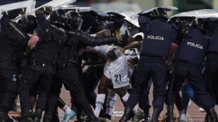 Le Ghanéen John Boye protégé par la police lors des incidents du match Ghana - Guinée équatoriale à Bata.