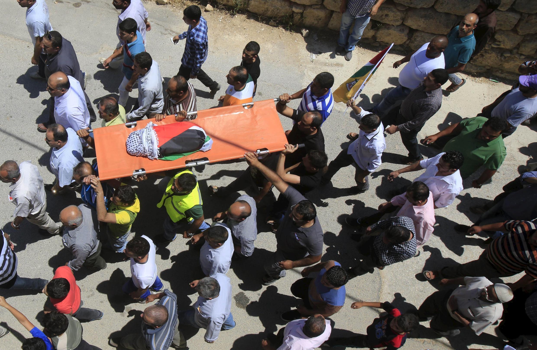 Đám đôngmang thi hài trẻ sơ sinh  Ali Dawabsheh, chết trong hỏa hoạn căn nhà bị đốt ở  Douma,  Cisjordanie,Ảnh ngày 31/07/2015 lúc lễ mai táng.015.