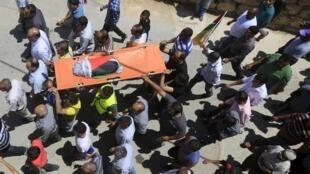 2015年7月31日,巴勒斯坦人为在纳布卢斯附近纵火案中遇难的幼儿送葬。