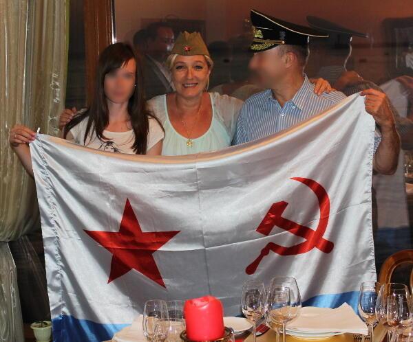 В своем блоге Антон Шеховцов опубликовал фотографию Марин Ле Пен в Крыму, в Севастополе в июне 2013 года. Лидер Нацфронта в окружении местных сторонников позирует в советской пилотке.