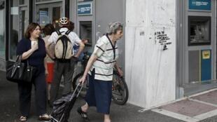 A população grega retirou €4 bilhões em dinheiro dos bancos somente nesta semana.