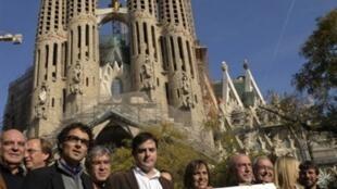 Des membres de la plate-forme « Barcelona Decideix » devant la cathédrale de la Sagrada Familia demandent que le référendum sur l'indépendance de la Catalogne soit voté à Barcelone, le 9 décembre 2009.