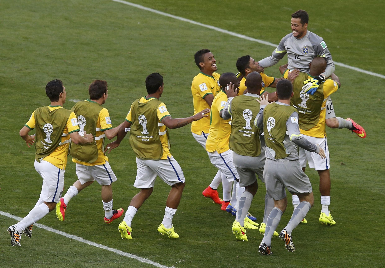 Jugadores brasileños alzan a Julio César, artífice de la clasificación de Brasil