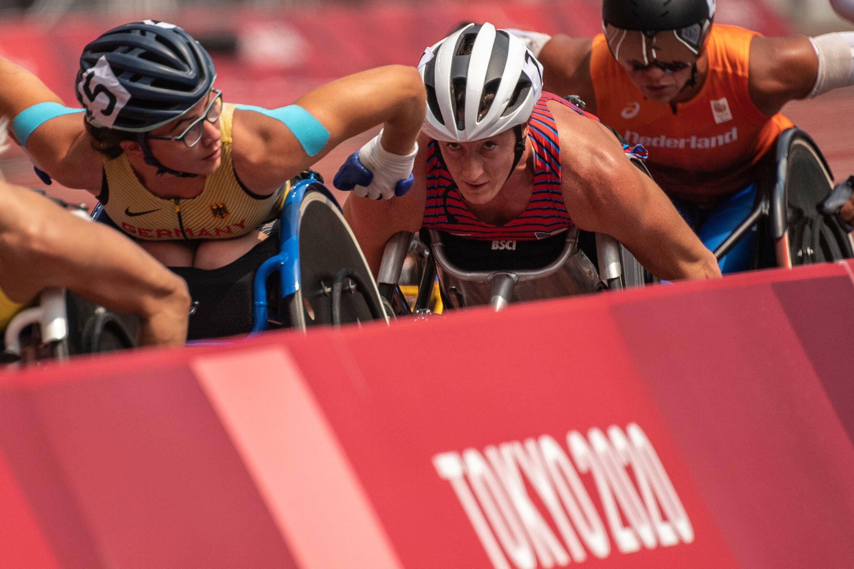 La coureuse américaine en fauteuil roulant Tatiana McFadden remporte le T54000m féminin aux Jeux paralympiques de Tokyo