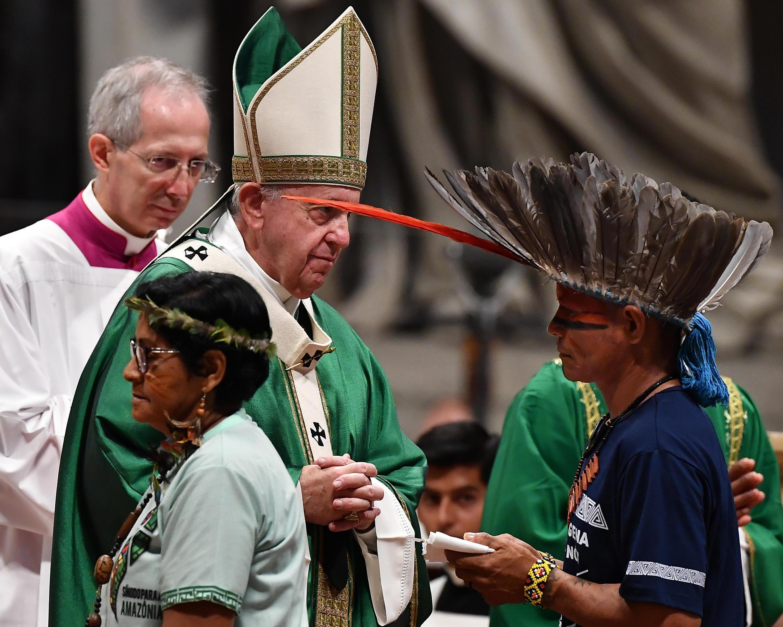 Đức Giáo Hoàng và đại điện thổ dân tại vùng Amazon nhân buổi thánh lễ ngày 06/10/2019.