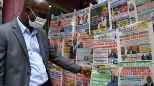 Kiosque à journaux à Abidjan, Côte d'Ivoire, le 24 mars 2020.
