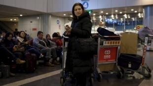 高潔堅持繼續關注中國報導中國 圖為高潔在北京機場