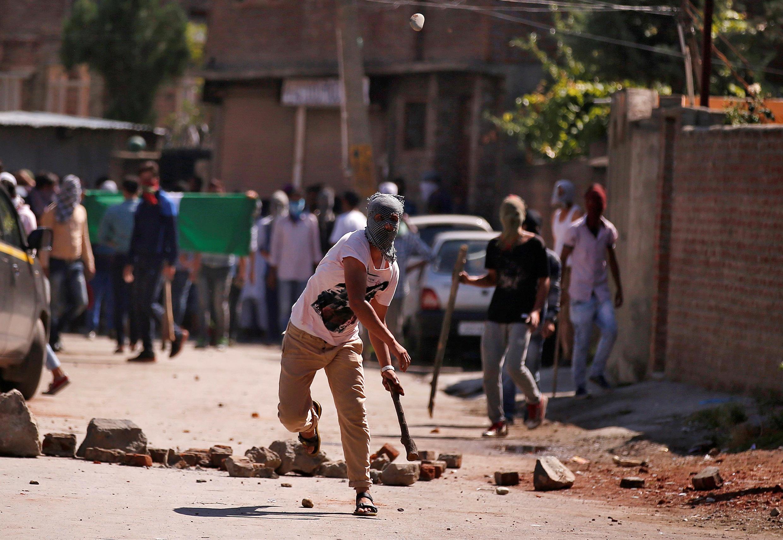 一名集會示威者向印度警察扔擲石頭,此前發生喀什米爾死傷慘重暴力事件。 2016年7月28日斯利那加