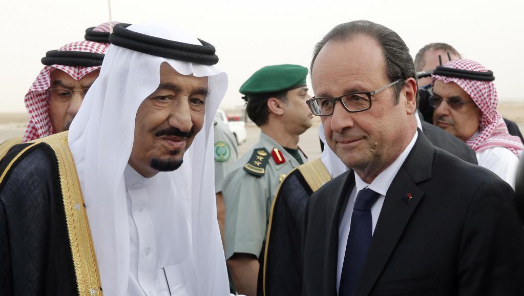 François Hollande akiwasili Riadh, Jumatatu Mei 4 mwaka 2015, akipokelewa na Mfalme wa Saudi Arabia Salman.