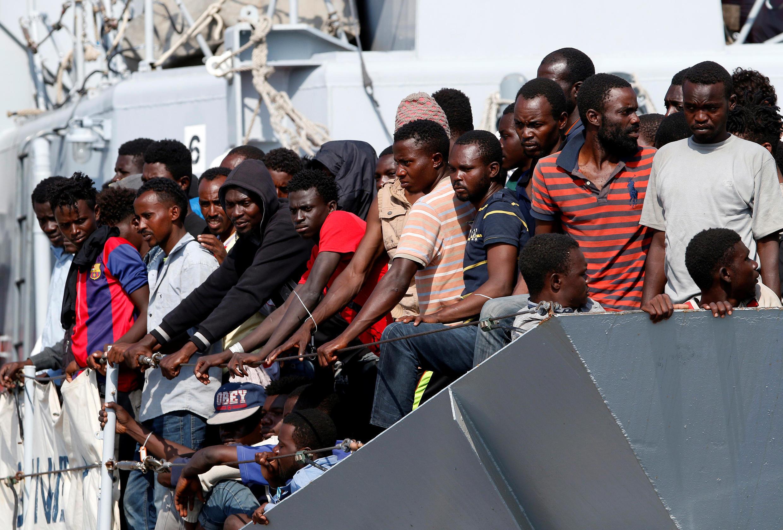 Migrantes resgatados pela Guarda Costeira italiana chegam no porto de Pozzallo, na Sicília, em imagem de 31 de agosto de 2016.