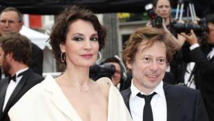 L'actrice française Jeanne Balibar (à gauche) incarne Barbara dans le film éponyme de Mathieu Amalric (à droite).
