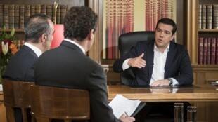 El primer ministro Alexis Tsipras conversó con periodistas de la televisión pública ERT en la víspera del debate en el Parlamento sobre el acuerdo firmado con los acreedores de Grecia.