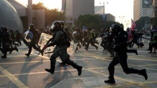 香港警察周日行动中资料图片