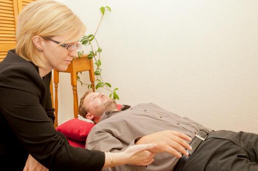 A a hipnoterapia é utilizada principalmente dentro de blocos cirúrgicos franceses e no tratamento clínico de certos problemas de saúde crônicos.