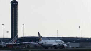 L'avion Boeing 787 F-HRBF de la compagnie Air France-KLM est tiré sur le tarmac de l'aéroport de Roissy-Charles de Gaulle après qu'une unité du GIGN et la police de l'aéroport ont contrôlé des passagers suite à une alerte à la bombe sur le vol en provenance du Tchad le 3 juin 2021.