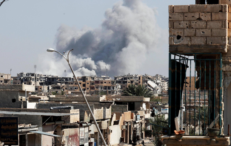De la fumée s'élève de la ville de Raqqa, après une frappe de la coalition, le 12 octobre 2017.