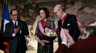 El presidente francés  François Hollande condencora a la pareja Marlene y Spencer Hays, 22 de octubre de 2016.