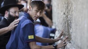 Craque do Barça Neymar toca o Muro das Lamentações, na cidade de Jerusalém