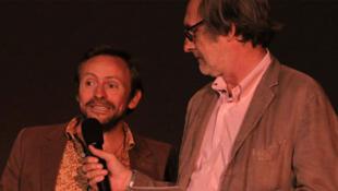 Samuel Bollendorff reçoit le Visa d'Or, félicité par Jean-François Leroy, directeur du festival Visa pour l'image.