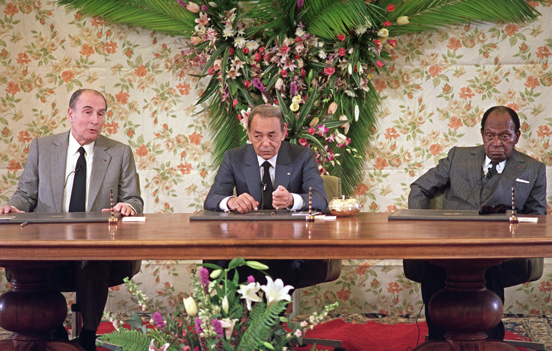 le président François Mitterrand (G), le roi Hassan II du Maroc (C) et le président ivoirien Félix Houphouet Boigny participent, le 16 décembre 1988 à Casablanca, à une conférence de presse dans le cadre du XVe sommet franco-africain.