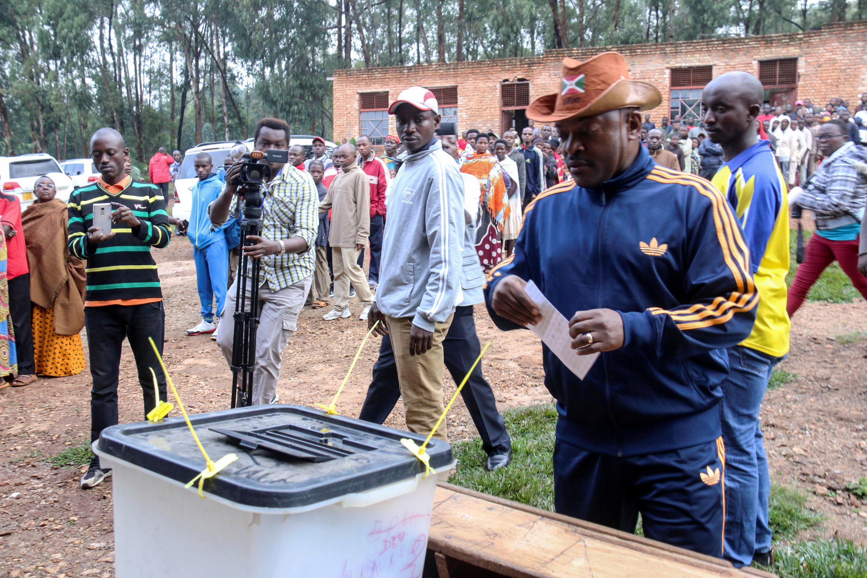 Le président burundais, Pierre Nkurunziza, vote lors du référendum constitutionnel, le 17 mai 2018.