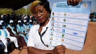 Un agent électoral tient un bulletin de vote de l'élection présidentielle qui se déroulera le 22 février 2020 au Togo.