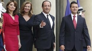 Enrique Peña Nieto y François Hollande, junto a sus damas Angélica Rivera y Valérie Trierweiler.