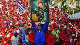 Nicolas Maduro brandit un portrait d'Hugo Chavez lors d'un meeting le 9 avril 2013.