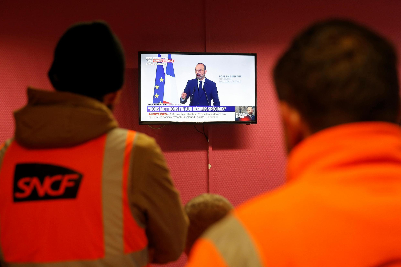 Nhân viên ngành đường sắt SNCF tại Strasbourg theo dõi thủ tướng Pháp Edouard Philippe công bố chương trình cải cách hưu trí ngày 11/12/2019.