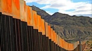圖為美國與墨西哥邊境現存牆籬照片