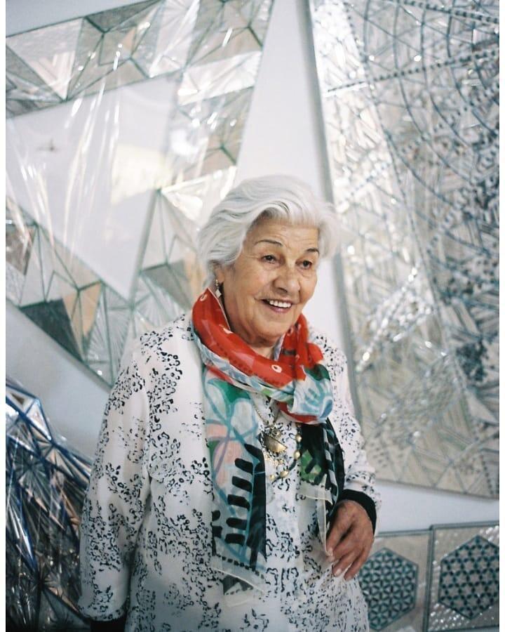 منیر شاهرودی فرمانفرمائیان هنرمندِ نقاش و حجم سازِ ایرانی که آثار آینه کاری او در جهان هنر یکتا و شناخته شده است، در آخرین روز فروردین در خانۀ خود در تهران در ٩٧ سالگی درگذشت.