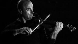 O violinista Mario Roncuzzi e seu instrumento, em foto do dia 5 de junho de 2011.