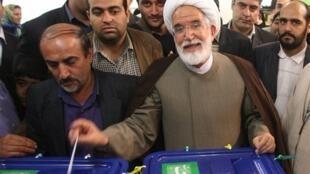 Mehdi Karoubi, dans un bureau de vote lors de l'élection présidentielle du 12 juin 2009 à Téhéran.