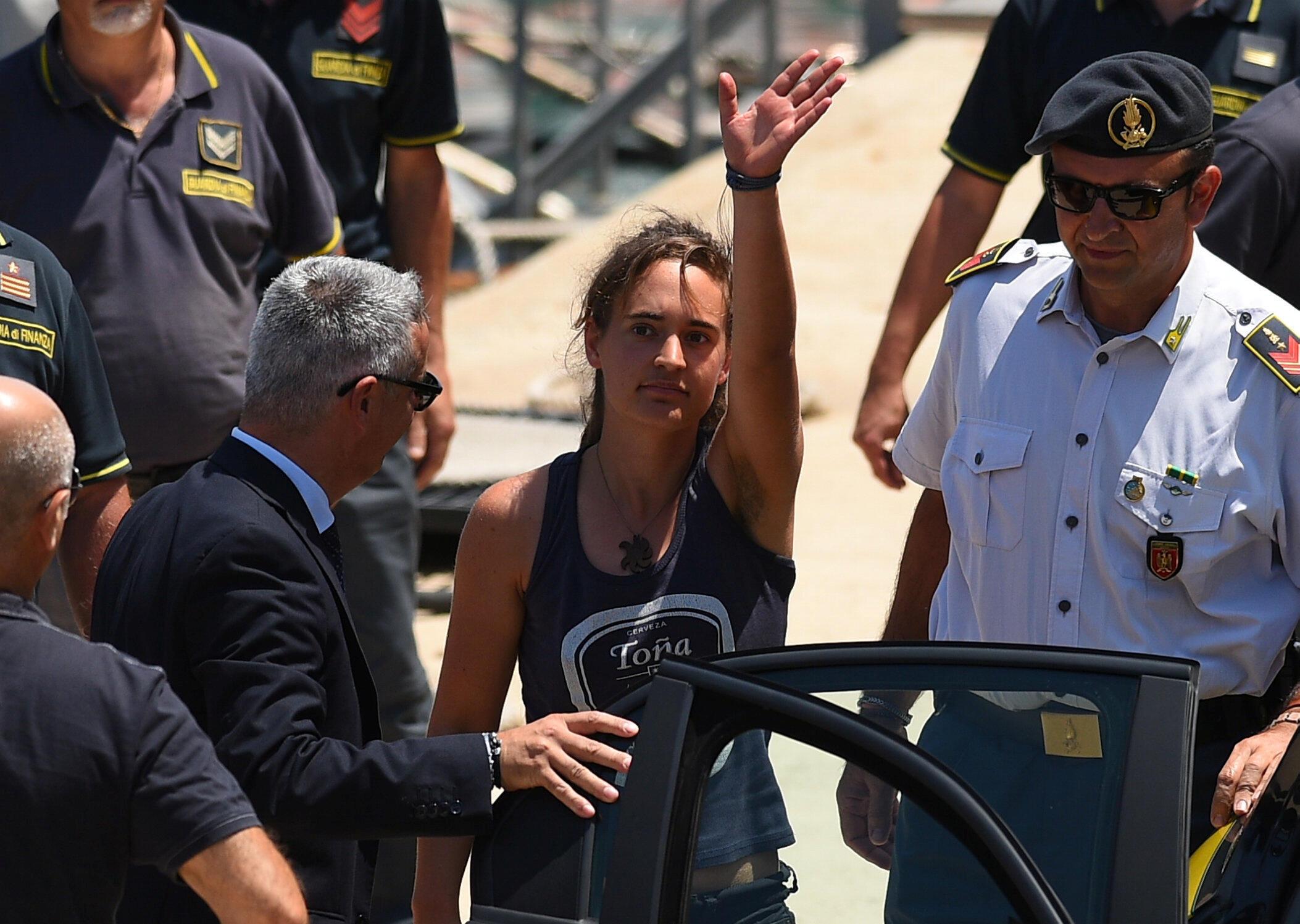 """Carola Rackete, capitã do """"Sea""""Watch 3"""", é escoltada por policiais da Sicília nesta segunda-feira, 1° de Julho de 2019."""