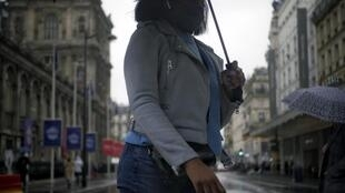 Une femme masquée traverse la rue à Paris le 27 octobre 2020 à la veille de l'annonce de nouvelles restrictions par Emmanuel Macron (image d'illustration).