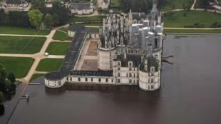 A região de Loiret recebeu, em três dias, a precipitação equivalente a um mês e meio. O castelo de Chambord foi fechado ao público depois de ser cercado pelas águas.