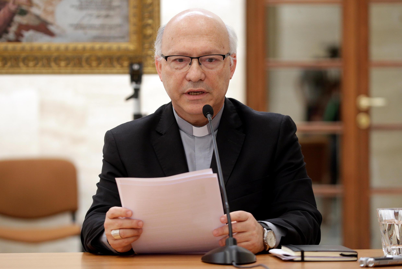 Giám mục Chilê Luis Fernando Ramos Perez họp báo tại Vatican, ngày 18/05/2018.