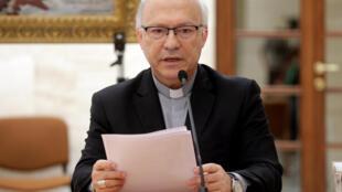 O porta-voz Luis Fernando Ramos Perez anuncia que bispos colocaram seus cargos à disposição.