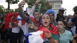 """Com a boa campanha dos """"Bleus"""" nesta Copa, os torcedores franceses acreditam que é possível vencer a Alemanha nas quartas de final"""