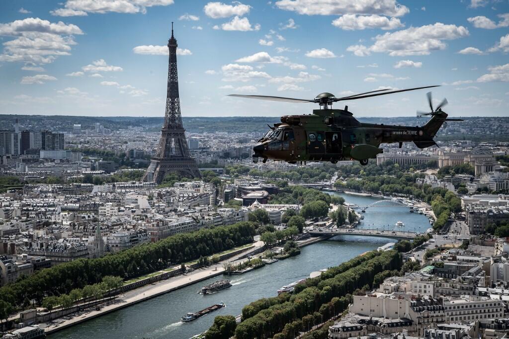Репетиция авиационного парада в Париже. Вертолет Cougar AS532.