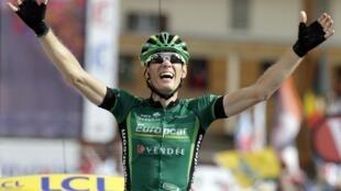 Le Français Pierre Rolland gagne en haut de L'Alpe d'Huez, le 22 juillet 2011.