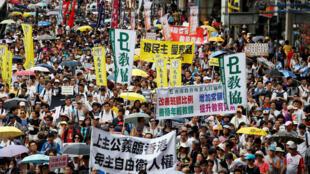 """2016年7月1日数以万计港人冒着酷暑参加了主题为""""决战689、团结一致、守护香港""""的七一大游行。"""